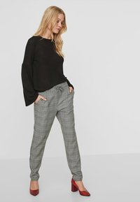 Vero Moda - CHEQUERED - Trousers - grey - 1