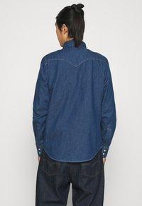 Levi's® - BARSTOW WESTERN STANDARD - Shirt - lowdip denim rinse - 2