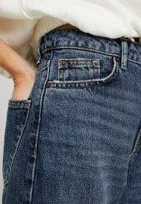 Topshop Petite - TOKYO MOM - Jeans Relaxed Fit - blue denim - 5