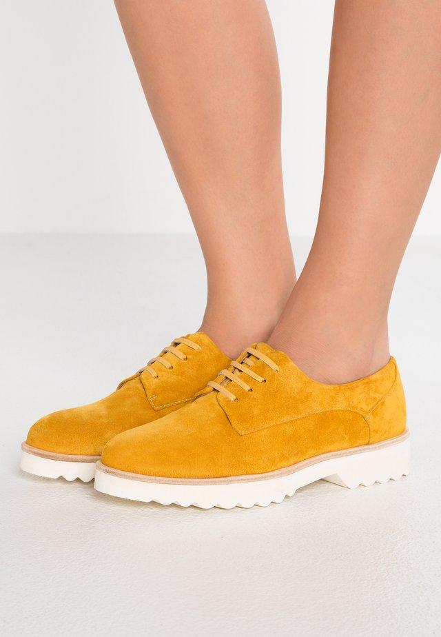 KING - Šněrovací boty - mineral yellow