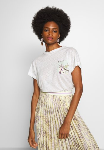 WITH POCKET - T-shirts med print - pearl white