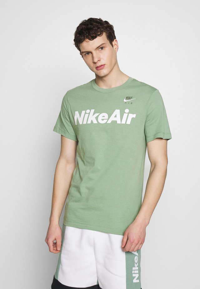 AIR TEE - Print T-shirt - silver pine/white
