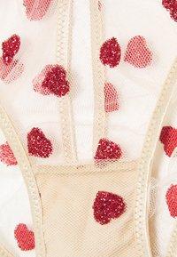 Le Petit Trou - IRIS BRIEFS - Alushousut - nude/red - 2