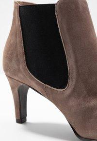Brenda Zaro - BENETTBO - Ankle boots - lodos - 2