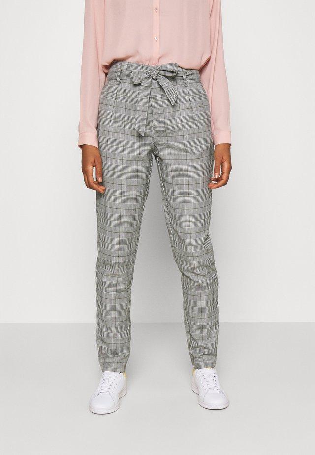 VMMIYA HR LOOSE CHECK TIE PANT - Pantalon classique - snow white/black
