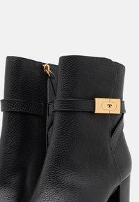 Tory Burch - Kotníková obuv na vysokém podpatku - perfect black - 6