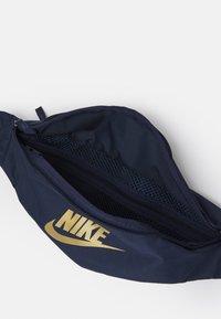 Nike Sportswear - HERITAGE UNISEX - Bæltetasker - obsidian/metallic gold - 2