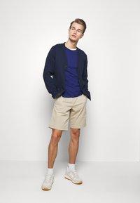 GAP - IN SOLID - Shorts - iconic khaki - 1