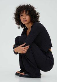 PULL&BEAR - GERIPPTE - Trousers - black - 5