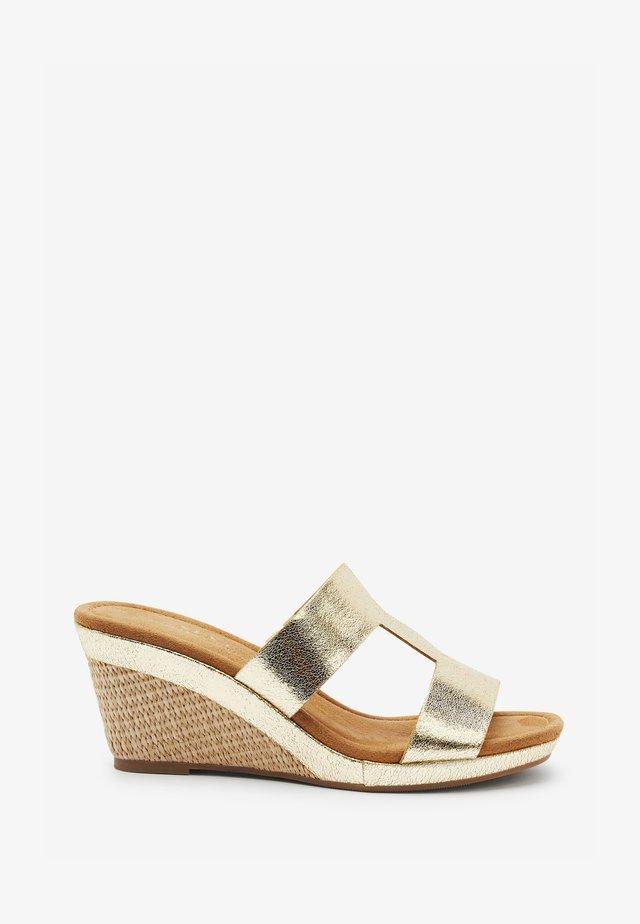 Sandály na klínu - gold