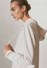 Massimo Dutti - MIT REISSVERSCHLUSS  - Zip-up hoodie - beige - 4