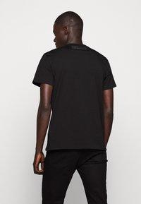 Just Cavalli - SPARKLY SKULL - T-shirt print - black - 2