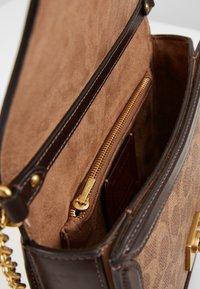Coach - SIGNATURE BLOCK HUTTON SHOULDER BAG - Handtasche - tan/sand - 3