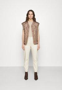 Selected Femme - SLFFRIDA MOM - Straight leg jeans - creme - 1