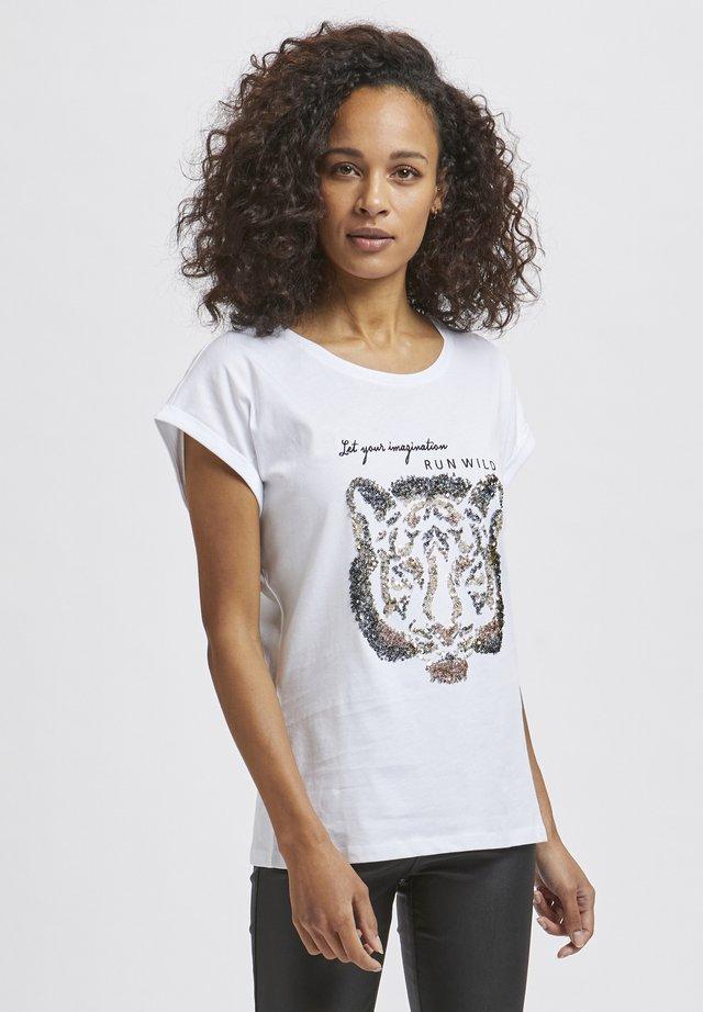 KACRISTY - T-shirt z nadrukiem - white / grape leaf tiger
