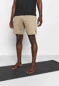 Nike Performance - YOGA - Korte broeken - khaki/brown kelp - 0