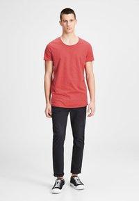 Jack & Jones - JJEBAS TEE - T-shirts basic - dark red - 1