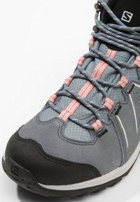 Salomon - ELLIPSE 2 MID GTX - Chaussures de marche - lead/stormy weather/coral almond - 5