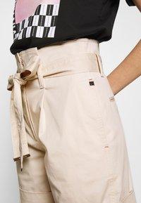 Calvin Klein - PAPER BAG WAISTED - Shorts - white smoke - 6