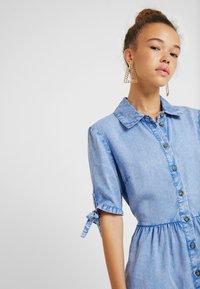 Miss Selfridge Petite - SHIRT DRESS - Farkkumekko - blue - 4