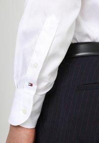 Tommy Hilfiger Tailored - REGULAR FIT - Formal shirt - white - 5