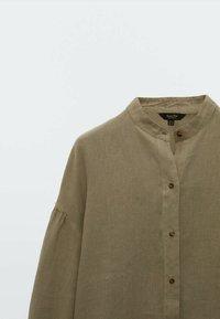 Massimo Dutti - MIT MAOKRAGEN UND PUFFÄRMELN - Button-down blouse - khaki - 2
