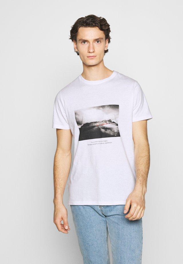 NEBRUNO TEE - Print T-shirt - white