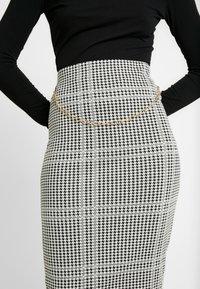 Dorothy Perkins - DOGTOOTH CHAIN PULL ON PENCIL SKIRT - Spódnica ołówkowa  - black - 4