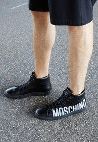 MOSCHINO - High-top trainers - nero - 5