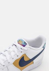 Nike Sportswear - AIR FORCE 1 LV8 UNISEX - Zapatillas - white/blue void/metallic gold - 5