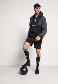 Umbro - DIAMOND REVEAL CAGOULE - Training jacket - black/brilliant white - 1