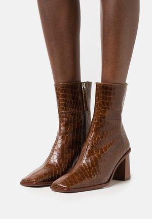 WEST CAPE  - Korte laarzen - brown