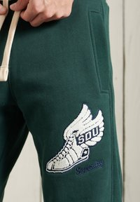 Superdry - Tracksuit bottoms - pine - 2