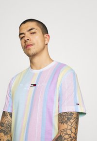 Tommy Jeans - STRIPE TEE - Printtipaita - romantic pink - 4