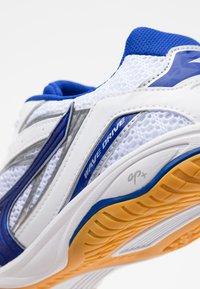 Mizuno - WAVE DRIVE 8 - Sportovní boty - white/reflex blue - 5