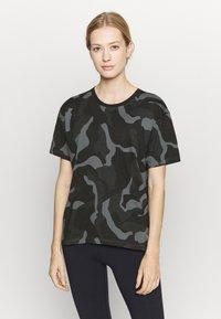 Under Armour - LIVE FASHION DENALI PRINT - Print T-shirt - black - 0