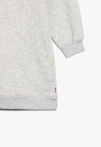 Levi's® - CREW DRESS - Žerzejové šaty - light gray heather - 4