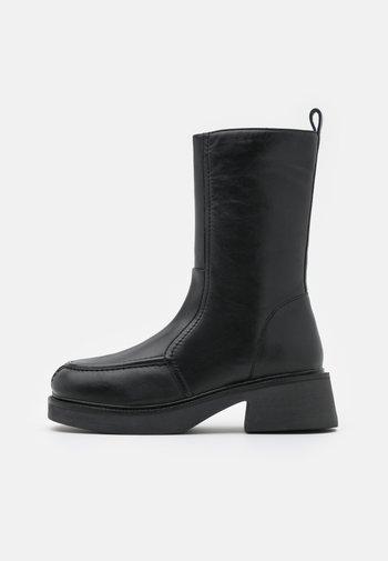ARIES CHUNKY FLAT BOOT - Kozačky na platformě - black