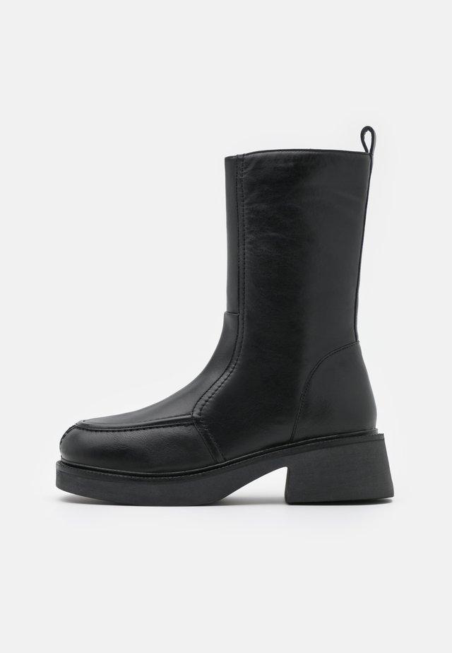 ARIES CHUNKY FLAT BOOT - Plateaulaarzen - black