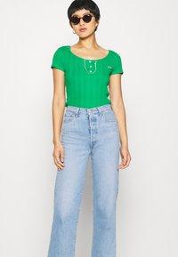 NAF NAF - OFLIPPO - T-shirts print - vert rio - 4