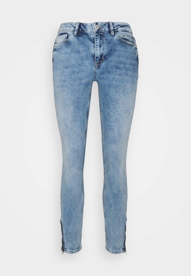 CHEMENE - Vaqueros slim fit - light blue denim