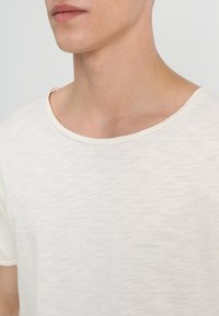Nudie Jeans - ROGER - T-shirt - bas - offwhite - 4