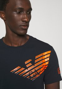 EA7 Emporio Armani - Print T-shirt - dark blue/orange - 3