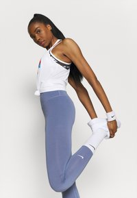 Nike Performance - DRY ELASTIKA - Funktionstrøjer - white/chile red - 3