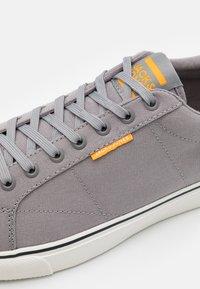 Jack & Jones - JFWCARTER - Sneakersy niskie - frost grey - 5