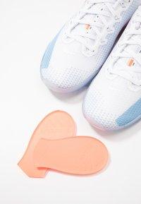 Nike Performance - METCON 5 PRM - Treningssko - white/psychic blue/hyper crimson/pink/pale ivory - 5