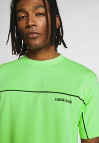 Mennace - CURVED PIPING - T-shirt imprimé - lime green - 3