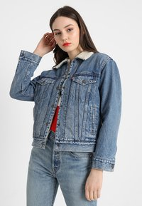 Levi's® - EX-BF SHERPA TRUCKER - Jeansjakke - addicted to love - 0
