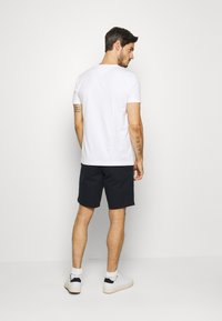 Tommy Hilfiger - GLOBAL STRIPE TEE - T-shirts print - white - 2