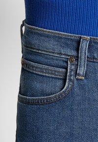 Lee - DAREN ZIP FLY - Jeans straight leg - mid stonewash - 5
